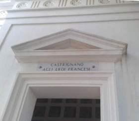 """Il frontone della cappella dedicata dalla città di Castrignano del Capo """"Agli eroi francesi"""".             della Léon Gambetta (foto Ass. Naz. Marinai d'Italia, sez. Castrignano-Leuca)"""